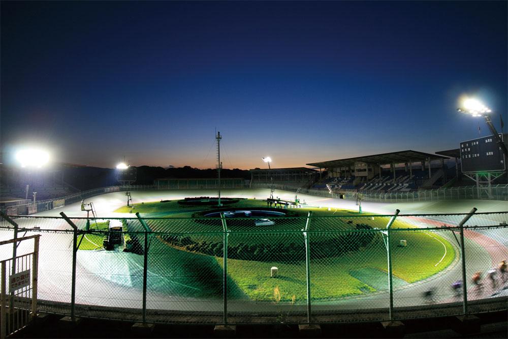 照明(投光器)納入事例 奈良県営競輪場 公営競技施設(移動照明車運用)PIKA-PRO SN(1000W)×100 台 PIKA-PRO N(1200W)×20 台 照明塔高:17m ~ 25m 設計照度:1900LX