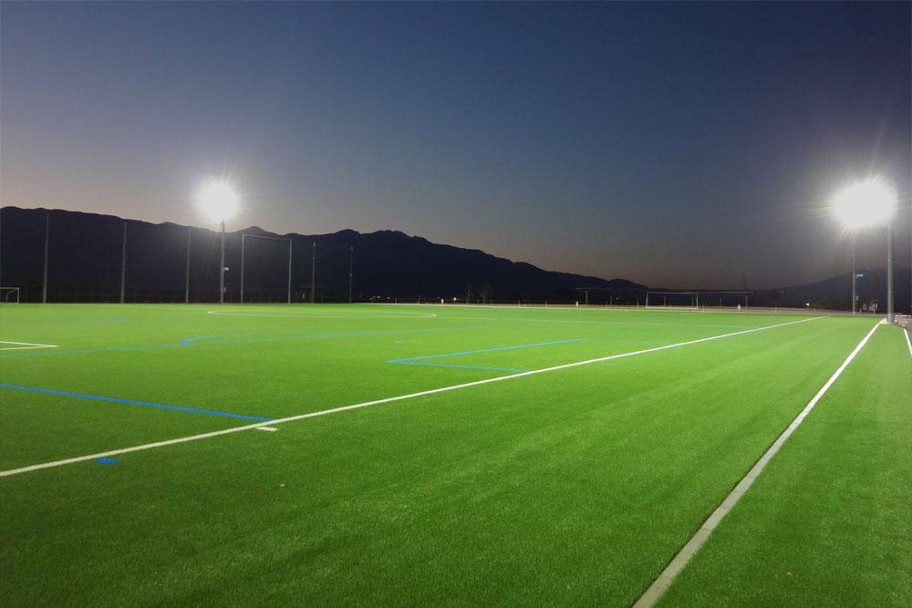 照明(投光器)納入事例 山形県中央市 農村公園 多目的サッカーグラウンド PIKA8×48 台 照明塔高:14m 設計照度:200LX (JIS 規格ティア 2)